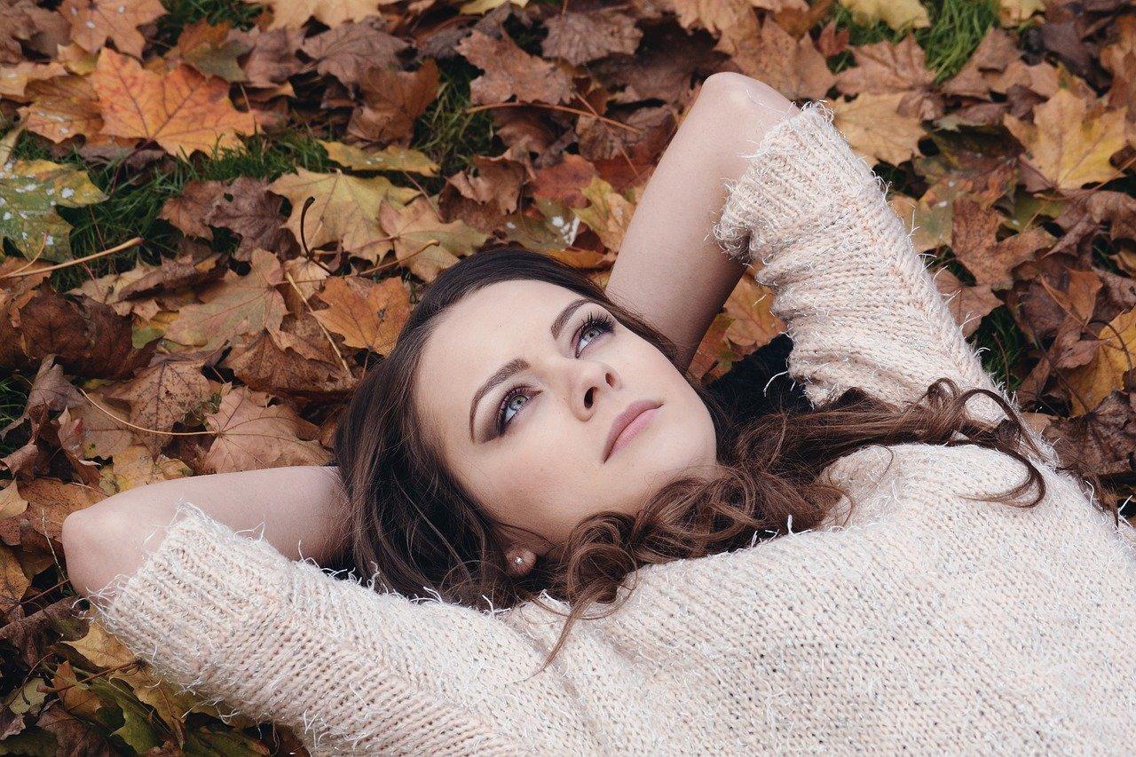Femme allongée au sol